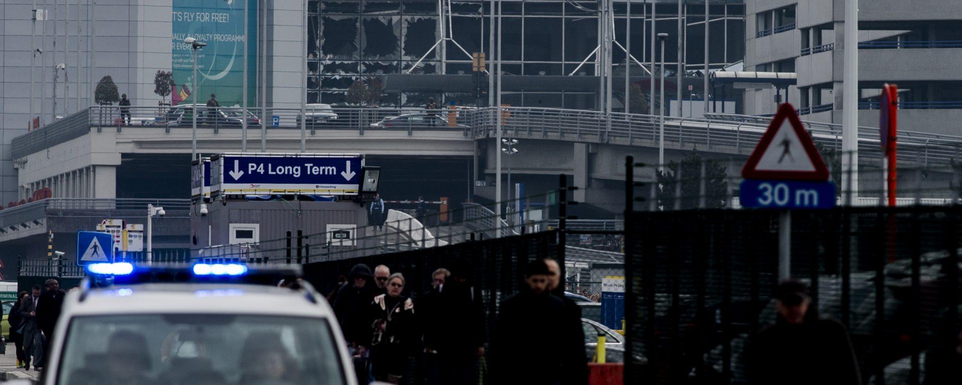 2016-03-22 09:19:24 BRUSSEL - Reizigers lopen buiten bij luchthaven Brussel. Bij een aanslag in de vertrekhal van de luchthaven zijn veel slachtoffers gevallen. ANP JONAS ROOSENS
