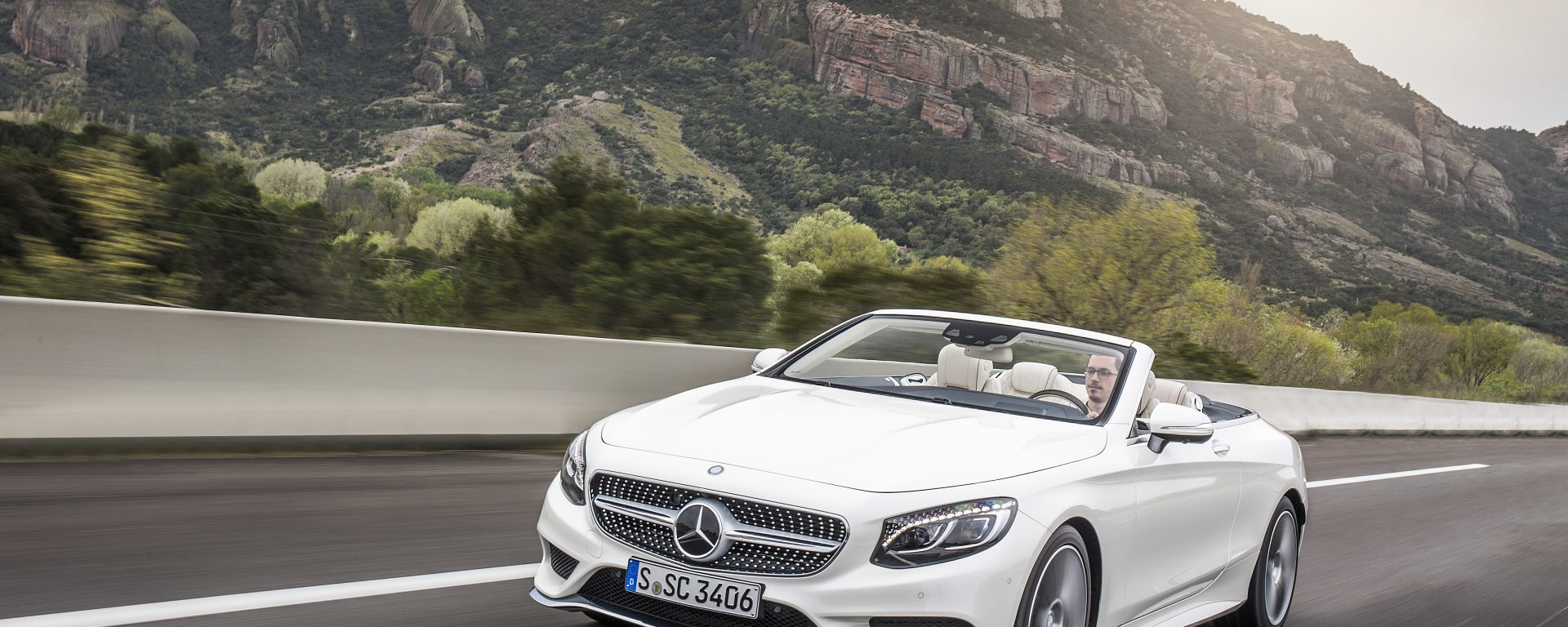 Mercedes Benz S 500 Cabriolet, diamantweiss-mettalic, Leder: designo beige ;Kraftstoffverbrauch kombiniert:  8,5 (l/100 km), CO2-Emissionen kombiniert: 199 (g/km)  Mercedes Benz S 500 Cabriolet, designo diamond white bright, Leather: designo exclusive nappa porcelain / deep-sea blue; Fuel consumption, combined:   8.5 (l/100 km), CO2 emissions, combined:  199 (g/km)